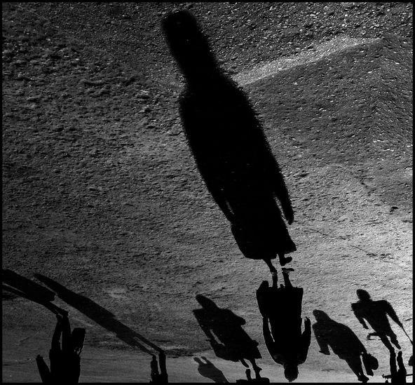 тени отбрасывают людей