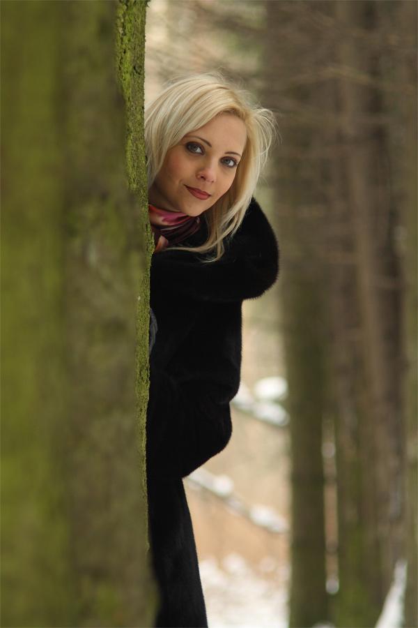 foto-blondinki-v-lesu